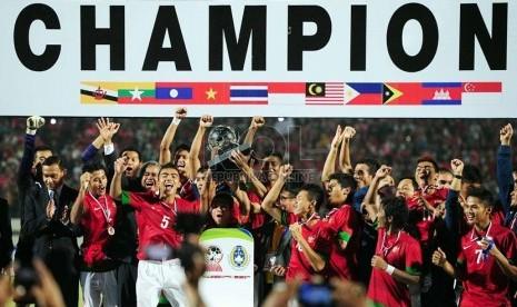 Pemain Indonesia mengangkat piala dalam pertandingan Final Piala AFF U-19 di Stadion Deltra Sidoarjo, Jawa Timur, Ahad (22/9). (Republika/Edwin Dwi Putranto)