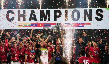 http://static.republika.co.id/uploads/images/detailnews/pemain-indonesia-mengangkat-piala-dalam-pertandingan-final-piala-aff-_130922234133-886.jpg