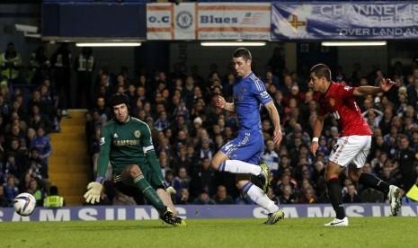 ... (kanan), membobol gawang Chelsea yang dikawal Petr Cech (kiri