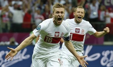 Pemain Polandia Jakub Blaszczykowski meluapkan kegembiraan setelah berhasil menciptakan gol penyelamat Polandia dari kekalahan atas Rusia dalam pertandingan lanjutan penyisihan Grup A.