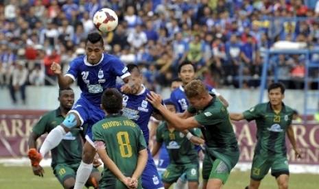 Pemain PSIS Semarang Safrudin Tahar (27) menyundul bola di daerah pertahanan PSS Sleman.