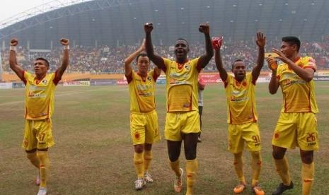 Pemain Sriwijaya FC melakukan selebrasi seusai leg kedua babak delapan besar Piala Presiden di stadion Gelora Sriwijaya Jakabaring (GSJ), Palembang, Sumsel, Ahad (27/9).