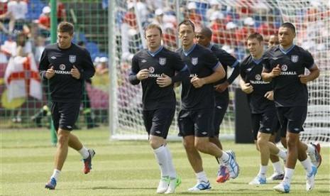 Pemain timnas Inggris saat latihan di Stadion Krakow, Polandia, Jumat (8/6).