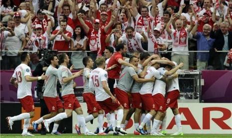 Pemain timnas Polandia melakukan selebrasi usai menjebol jala Yunani dalam laga perdana Grup A Piala Eropa 2012 di Stadion Nasional, Warsawa, Jumat (8/6).