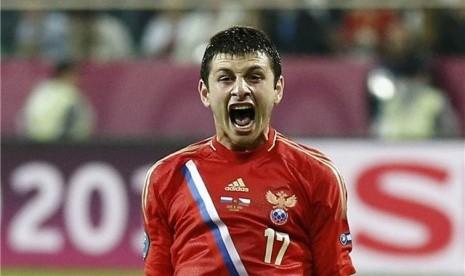 Pemain timnas Rusia, Alan Dzagoev, berteriak keras meluapkan kegembiraannya usai menjebol jala Republik Ceska di laga Grup A di Wroclaw, Polandia, Jumat (8/6).