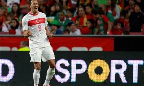 Pemain timnas Turki, Umut Bulut, meluapkan emosinya usai menjebol gawang Portugal dalam laga uji coba di Stadion Luiz, Lisbon, Portugal, pada Sabtu (2/6).