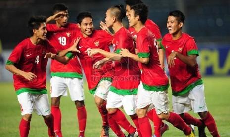 Pemain timnas U-19 Indonesia melakukan selebrasi usai mencetak gol saat laga grup G kualifikasi Piala Asia (AFC) U-19 melawan Laos di Stadion Gelora Bung Karno, Senayan, Jakarta, Selasa (8/10) malam. (Republika/Edwin Dwi Putranto)