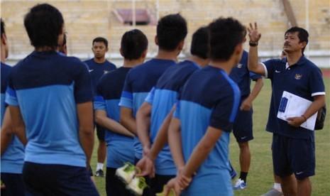 Pemain timnas U19 Indonesia mendengarkan pengarahan pelatih Indra Sjafri (kanan).