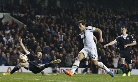 Pemain Tottenham Hotspur Benjamin Stambouli mencetak gol ke gawang Partizan Belgrade.