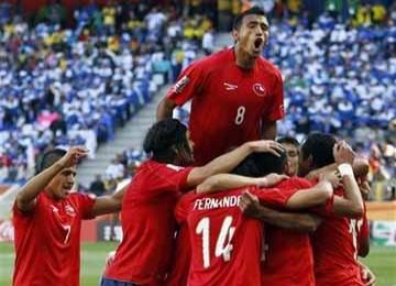 Pemain Chile meluapkan kegembiraan setelah Juan Beausejour mencetak gol