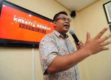 Pemilik Restoran Ayam Bakar Mas Mono, Agus Pramono memberikan materi kewirausahaan kepada peserta Bincang Bisnis Kreatipreneur Republika di Kantor Harian Republika, Pejaten, Jakarta Selatan, Selasa (3/1)