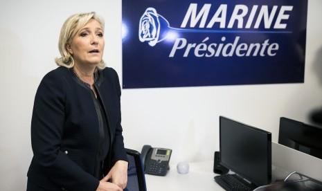 Demo Pemilihan Presiden Prancis Berujung Pembakaran Mobil