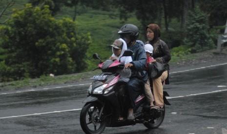 Pemudik naik motor (ilustrasi).