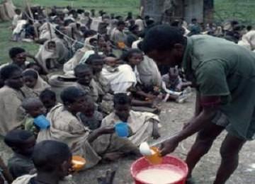Penduduk di Ethiopia yang mengalami kekurangan pangan tengah menanti distribusi bantuan makanan