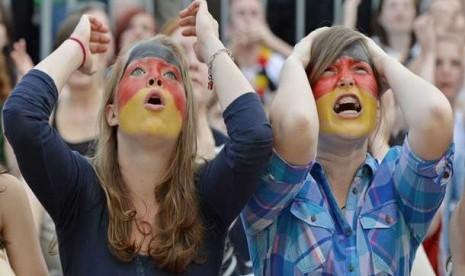 Pendukung Jerman kecewa menyaksikan Itali unggul sementara di babak pertama dengan skor 2-0.