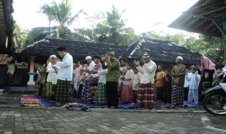  Penganut Islam Aboge saat shalat Id di Masjid Saka Tunggal Baitussalam Desa Cikakak, Kecamatan Wangon, Banyumas.