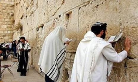 Penganut Yahudi di Tembok Ratapan