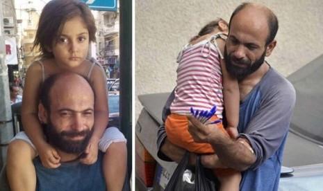 Pengungsi Suriah Abdul Halim Attar saat menjual bolpoin bersama anaknya, Reem, Kamis (27/8)