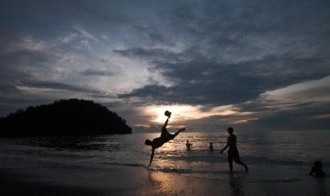 Pengunjung aksi bermain di Pantai Padang, Sumatera Barat