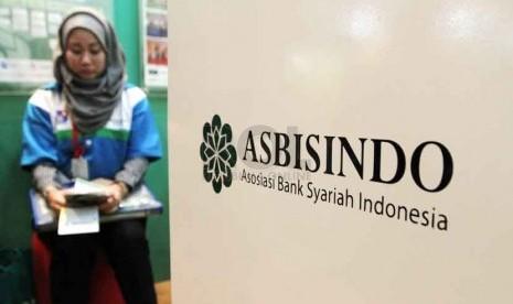 Pengunjung berada di Asosiasi Bank syariah Indonesia, Jakarta, Rabu (1/9).(Republika/ Yasin Habibi)