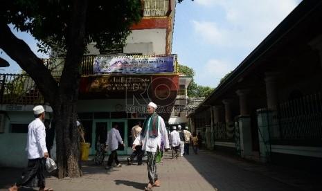 Pengunjung berjalan di sekitar kawasan makam Sunan Ampel ,Surabaya, Jawa Timur, Jumat (10/4).