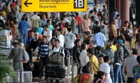 Pengunjung memadati terminal keberangkatan 1B, Bandara Internasional Soekarno-Hatta, Cengkareng, Banten, Ahad (6/5).