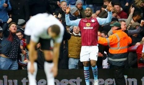 Penyerang Aston Villa Christian Benteke (kanan) merayakan golnya ke gawang Manchester United, Sabtu (20/12).