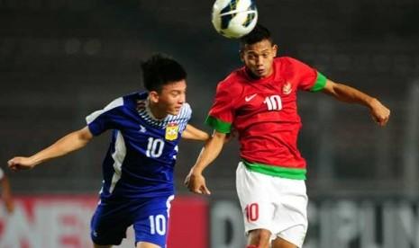 Penyerang timnas Indonesia Muchlis Hadi (kanan) melakukan sundulan saat laga kualifikasi Piala AFC U19 di Stadion Gelora Bung Karno, Jakarta, Selasa (8/10) malam.