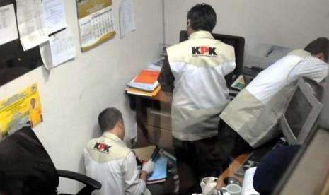 Penyidik KPK tengah bertugas. (Ilustrasi)
