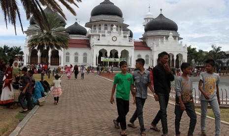 People visit Grand Mosque Baiturrahman in Banda Aceh. Aceh will become a religious tourism which expected to attract not only Muslim but also non-Muslim tourists. (file photo)