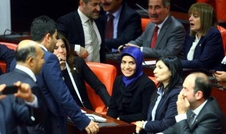 Perempuan Turki mengenakan jilbab