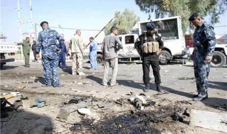 Personel Keamanan Irak mengamati lokasi ledakan bom. (ilustrasi)