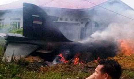 Pesawat Hawk 200 Single Seater (Kursi Tunggal) milik TNI AU jatuh sekitar 3 km dari Bandara Sultan Syarief Kasim II Pekanbaru, Selasa (16/12).