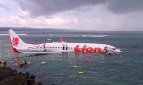 Pesawat Lion Air tampak terbelah di bagian ekor saat tergelincir dan jatuh di perairan laut pada Sabtu (13/4/2013) di dekat Bandara Ngurah Rai, Bali.