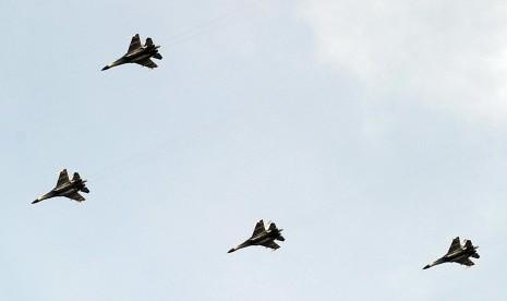 Pesawat Sukhoi milik TNI ambil bagian dalam latihan operasi laut gabungan di Perairan Laut Jawa, Selasa (3/6).