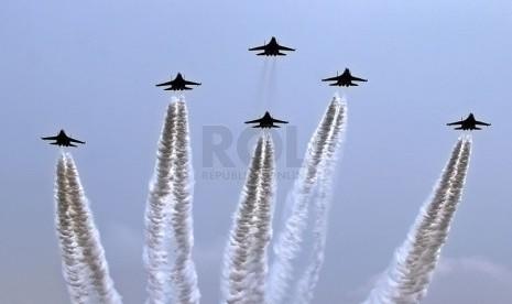 Pesawat tempur Sukhoi TNI AU melakukan Flying Pass.