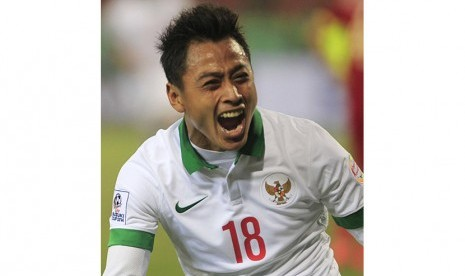Pesepak bola timnas Indonesia Samsul Arif Munip merayakan golnya ke gawang Vietnam pada pertandingan penyisihan Piala AFF 2014 Grup A di Stadion My Dinh, Hanoi, Sabtu (22/11).  (Reuters/Kham)