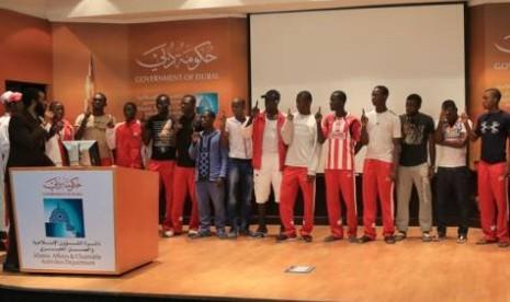 Pesepakbola asal Kamerun tengah mengucapkan syahadat di Dubai, Uni ...