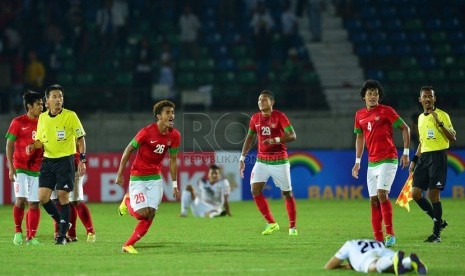 Pesepakbola Indonesia meluapkan emosinya saat pertandingan sepakbola babak penyisihan Sea Games 2013 melawan Myanmar di Stadion Youth Training Center Yangon, Senin (17/12).  (Republika/Edwin Dwi Putranto)