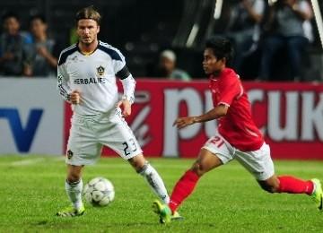 Pesepakbola LA Galaxy David Beckham (kiri) berebut bola dengan pesepakbola Indonesia Selection, Andik Vermansyah (kanan), pada laga persahabatan di Stadion Utama Gelora Bung Karno, Senayan, Jakarta, Rabu (30/11) lalu.