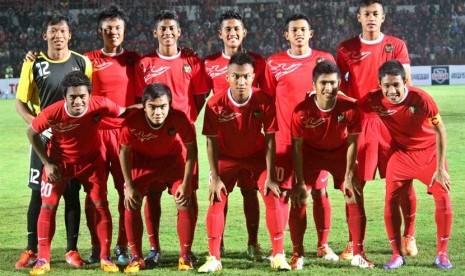 Pesepakbola Timnas Indonesia U19 berfoto bersama sebelum laga ujicoba melawan Persiba Bantul di Stadion Sultan Agung, Bantul, Yogyakarta, Rabu (5/2) malam.