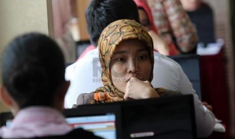 Peserta tes Calon pegawai Negeri Sipil (CPNS) melakukan simulasi tes secara online di kawasan Senayan, Jakarta, Rabu (20/8).(Republika/ Yasin Habibi)