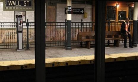 Petugas berjaga di salah satu stasiun kereta bawah tanah di new york