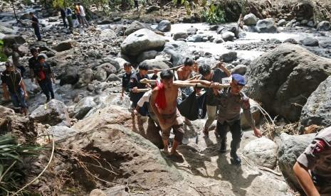 Petugas gabungan mengangkat kantong berisi jenazah korban banjir bandang, di Sibolangit, Deli Serdang, Sumatera Utara, Senin (16/5).  (Antara/Irsan Mulyadi)