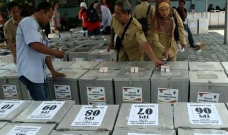 Petugas KPU saat mengecek kelengkapan logistik Pilkada Jatim.
