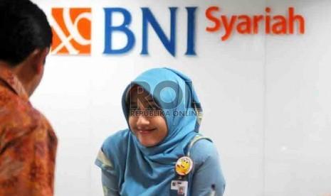 Petugas melayani nasabah di kantor layanan BNI Syariah, Jakarta, Selasa (19/8). (Republika/ Wihdan)