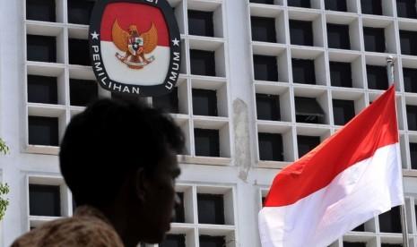 Petugas melintas dihalaman kantor Komisi Pemilihan Umum (KPU) Jakarta, Jumat(7/9).