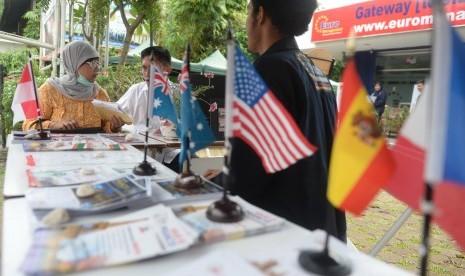 Petugas membantu warga terkait informasi beasiswa luar negeri di Euro Management, Jakarta. (Ilustrasi)