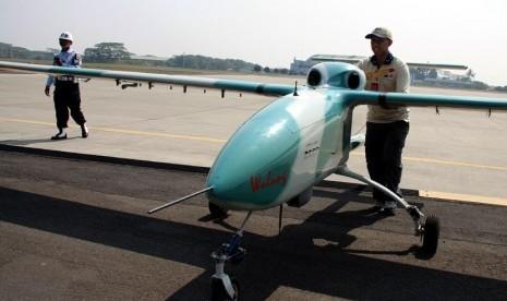 Petugas mengoperasikan Pesawat Terbang Tanpa Awak atau Pesawat Udara Nir Awak (PTTA/PUNA) Wulung saat uji coba di Lanud Halim Perdana Kusuma, Jakarta, Kamis (11/10). (Yasin Habibi)