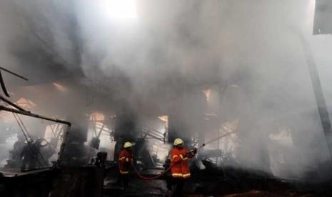 Petugas pemadam kebakaran berupaya memadamkan api.  (Ilustrasi)